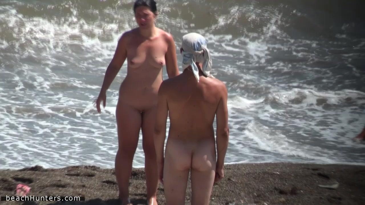 Гимнастка голышом на берегу моря