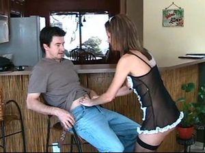 Сексуальная горничная в откровенной униформе ублажает хозяина дома